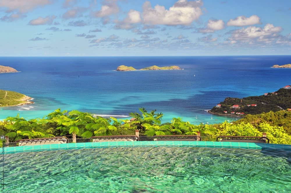 This is a close look at the infinity-edged pool and the sweeping view of the ocean beyond. Image courtesy of Toptenrealestatedeals.com.
