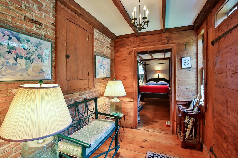 Upon entry of the guest house, you are welcomed by this small foyer with a small bench flanked by lamps. Image courtesy of Toptenrealestatedeals.com.