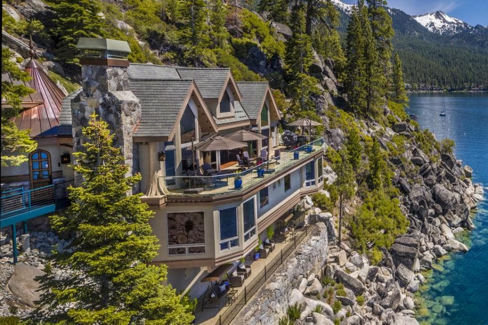 This is an aerial view of the back of the mansion from the side. Here you can see its elevation over the lake that is maximized by the glass walls and large balconies. Image courtesy of Toptenrealestatedeals.com.