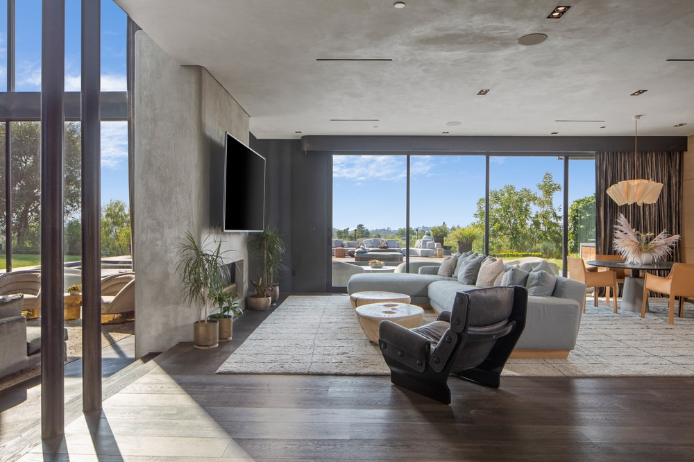 The family room's gray area rug that covers the dark hardwood flooring matches well with the gray ceiling and wall. Image courtesy of Toptenrealestatedeals.com.