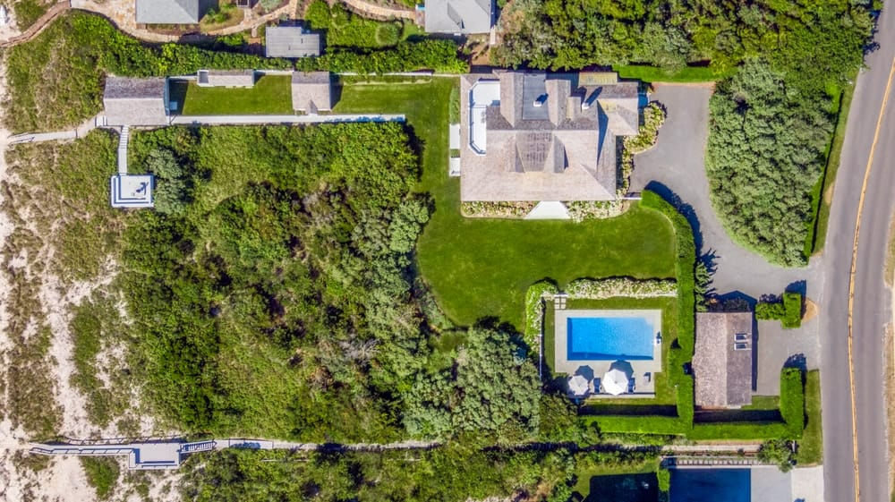 This is an aerial view of the property showcasing the bounderies of the whole property from its neighbors. Image courtesy of Toptenrealestatedeals.com.