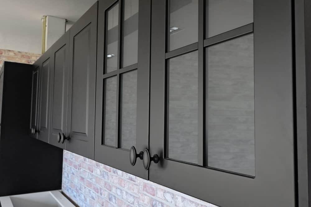 Cam panelli ve eski kulplu mat siyah dolap seti.