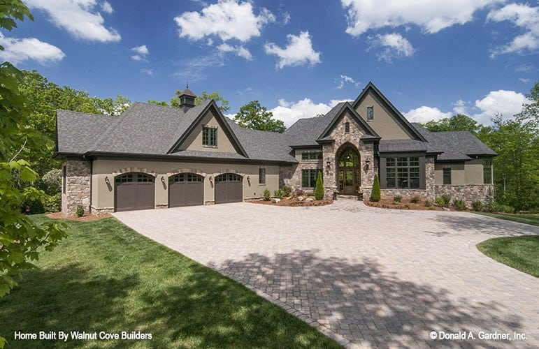 5-Bedroom Two-Story The Jasper Hill Mountain Home with Bonus Room and a Bar