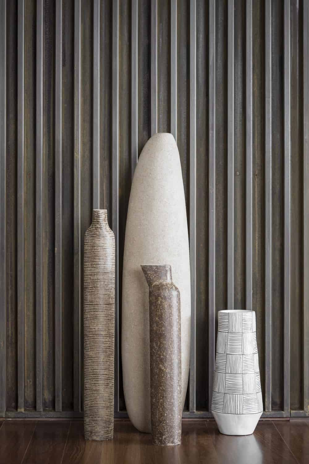 This is a close look at the various decorative vases of the slatted wall.