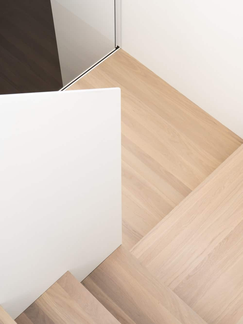 Here you can see the wooden steps of the staircase complemented by the bright beige tone of the walls.