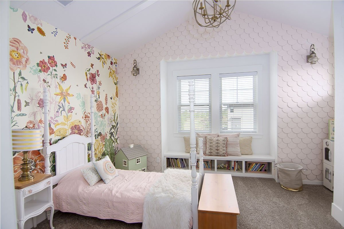This bedroom has carpet flooring, white furnishings, and lovely wallpapers.