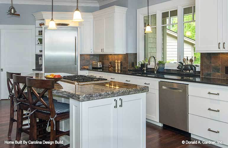 A built-in cooktop fitted on the breakfast island completes the kitchen.