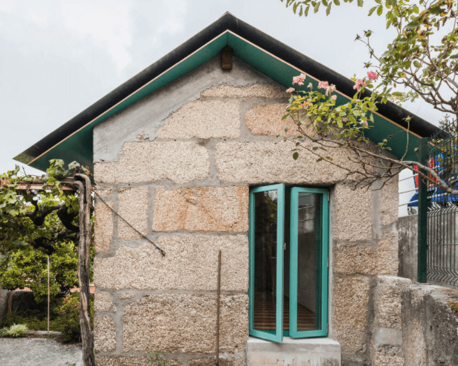 Small House with a Monumental Shower by fala