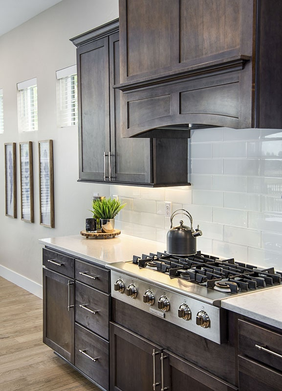 A built-in cooktop with a bespoke vent hood completes the kitchen.
