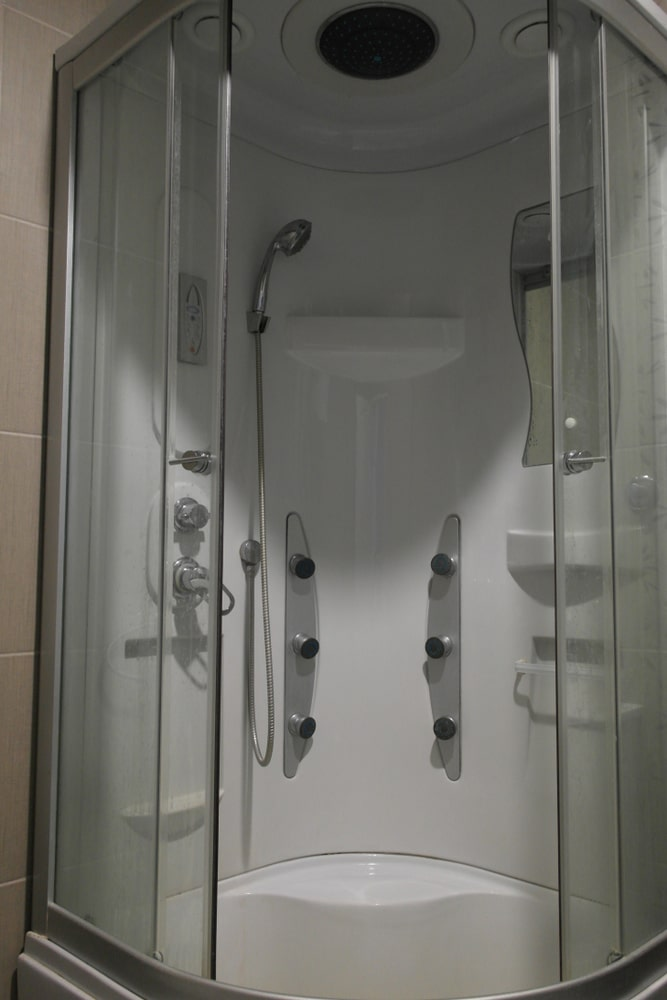 Deluxe hydro-massage shower cabin with overhead shower, shower handset, thermostatic control and mirror.