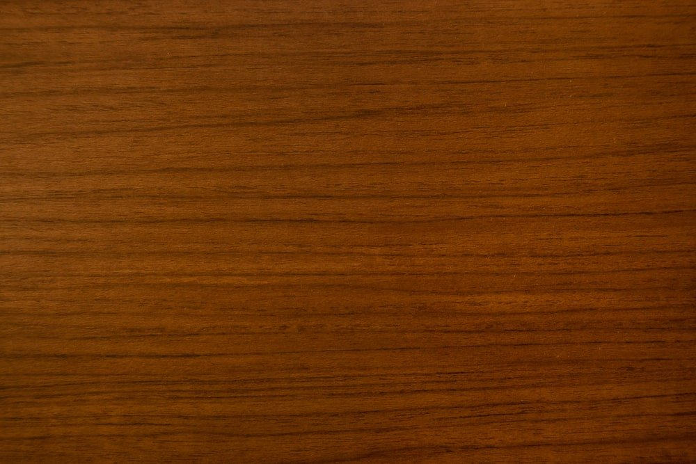 A close look at the red oak wood grains.