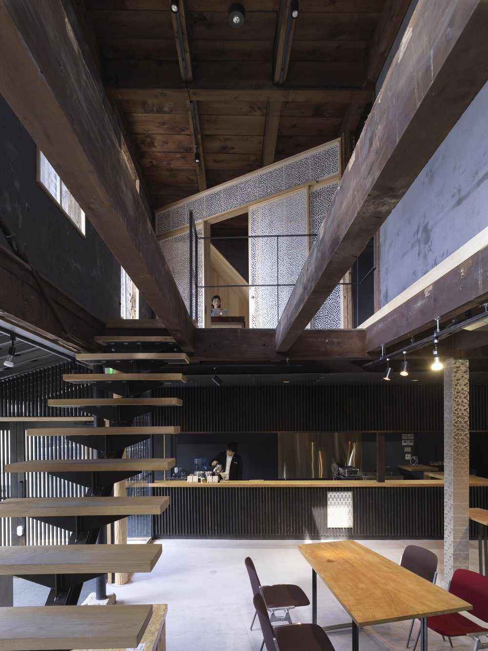 A few steps from the bar is the staircase with wooden steps that lead to the higher level.