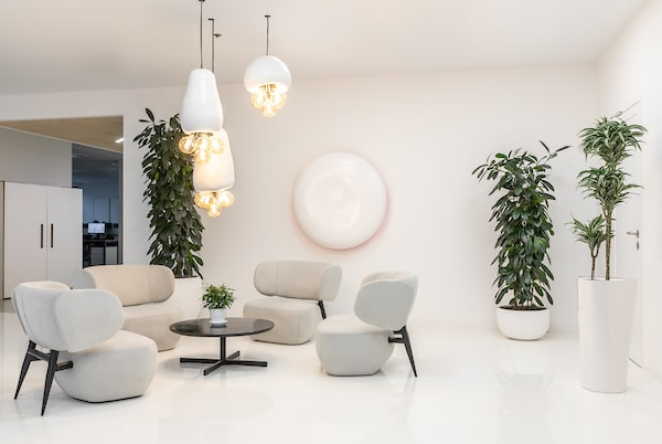 The decorative lighting gives the white tones of the area with a warm lighting.