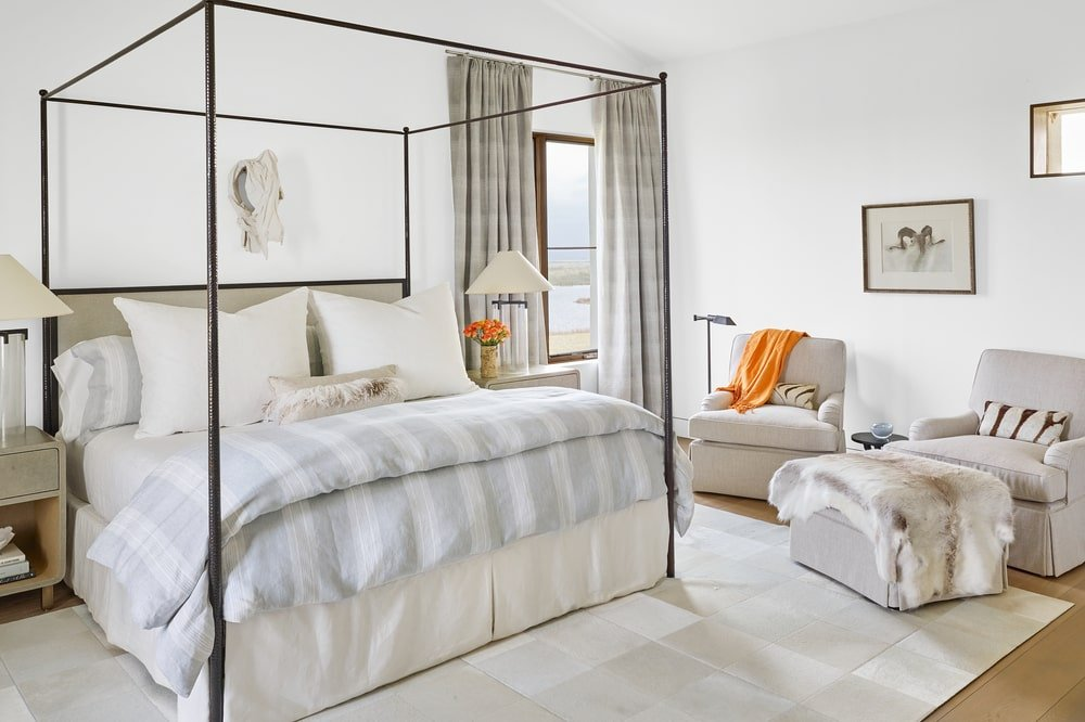 This other beroom has a bright tone complemented by the natural lighting that makes the four-poster bed stand out.