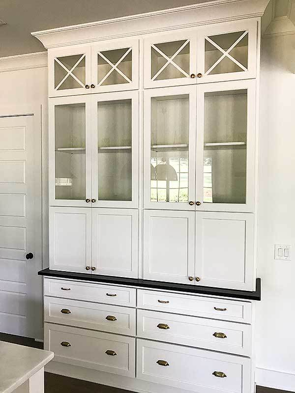 A white display cabinet completes the kitchen.