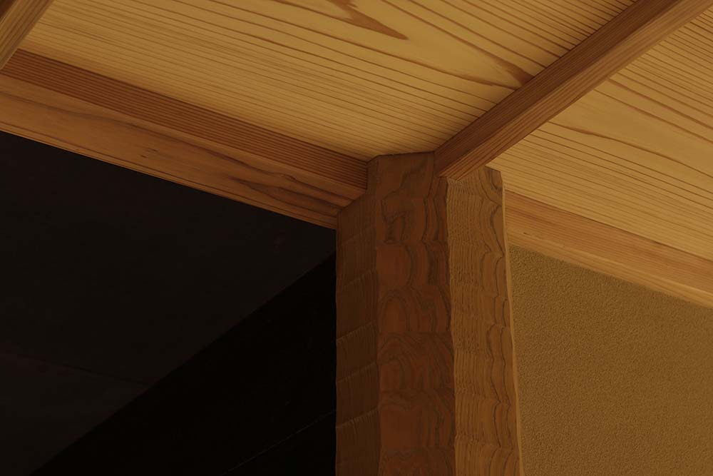 This is a close look at the ceiling and the edge of the wooden pillar and how it connects to the beams of the ceiling.