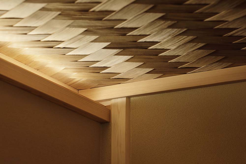 This is a close look at the ceiling that has a woven wicker aesthetic and design.