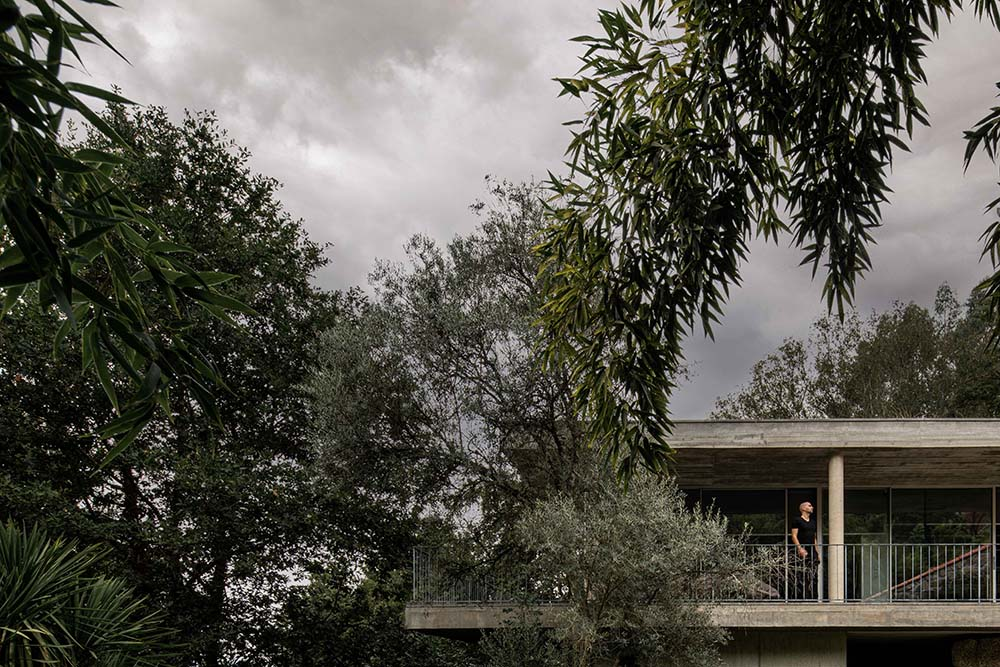 This view of the house's concrete balcony makes it blend with the surrounding landscape.