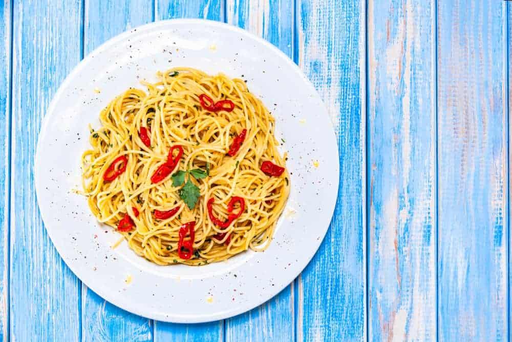 A plate of spaghetti aglio e olio with chili.
