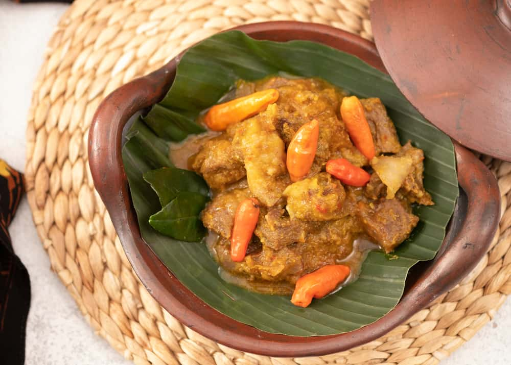 A spicy cayenne pepper meat dish on banana leaves.