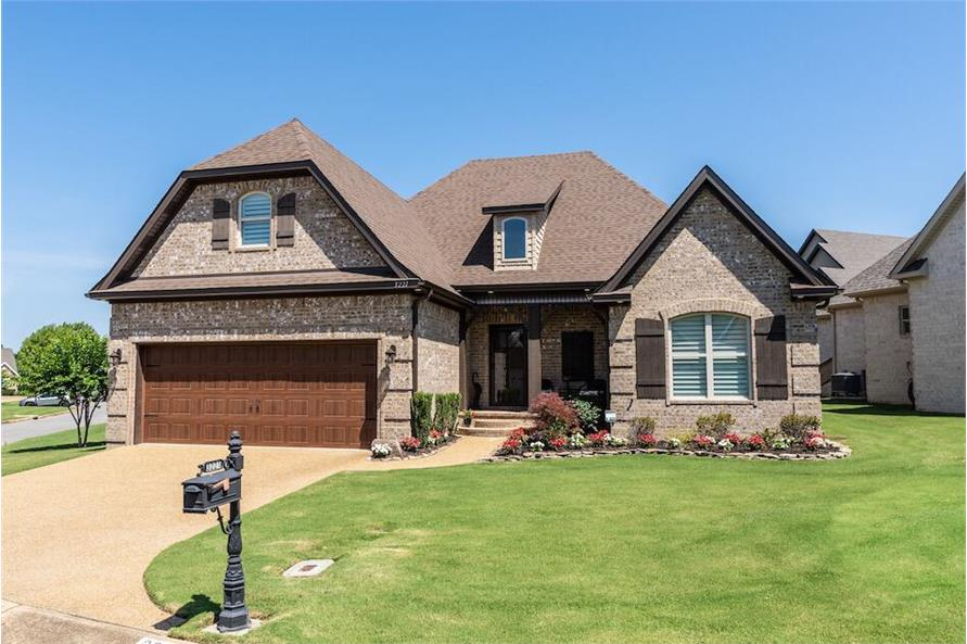 Two-Story Country Style 3-Bedroom Home for a Narrow Lot with Bonus Room